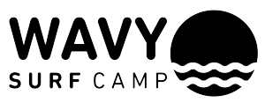 Logo Wavy Surf Camp Portugal